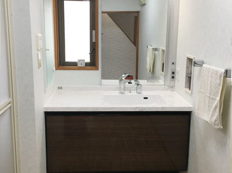 洗面リフォーム 腰に負担を与えない高さが嬉しい、高級感のある洗面台